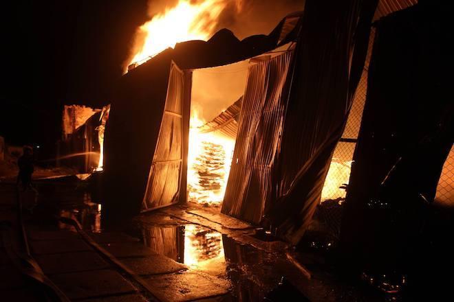 Tin nóng trong ngày 14/8: Video xưởng gỗ nghìn m2 cháy rụi, gần 100 cảnh sát ra sức cào gỗ dập lửa-1