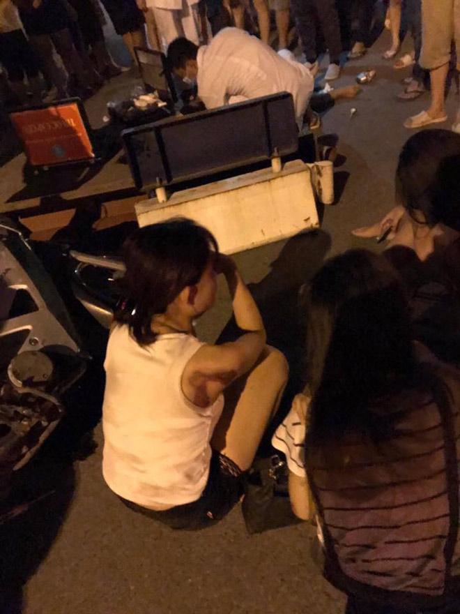 Xe máy 'kẹp' 5 tông dải phân cách, 4 cô gái trẻ văng tứ tung-2