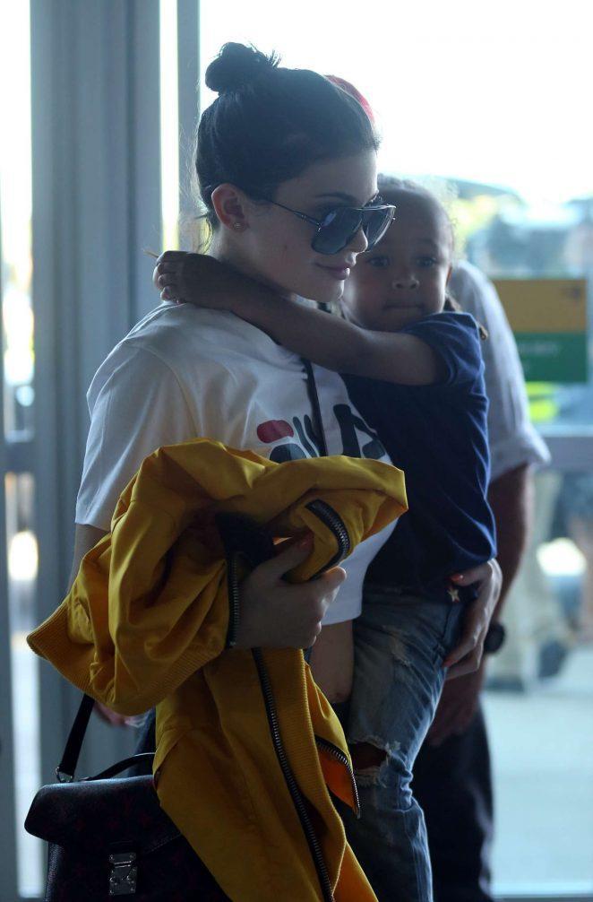 Gia tài tiền tỷ, Phạm Hương và Kendall Jenner vẫn mê mẩn áo thun giá rẻ-7