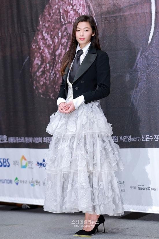 Sao Việt đã là gì, thảm họa thời trang sao Hàn mới khiến fan phát hoảng!-14