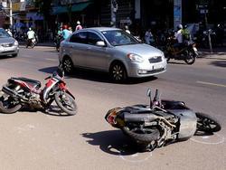 'Ôtô điên' tông hàng loạt xe máy giữa đường, 6 người bị thương