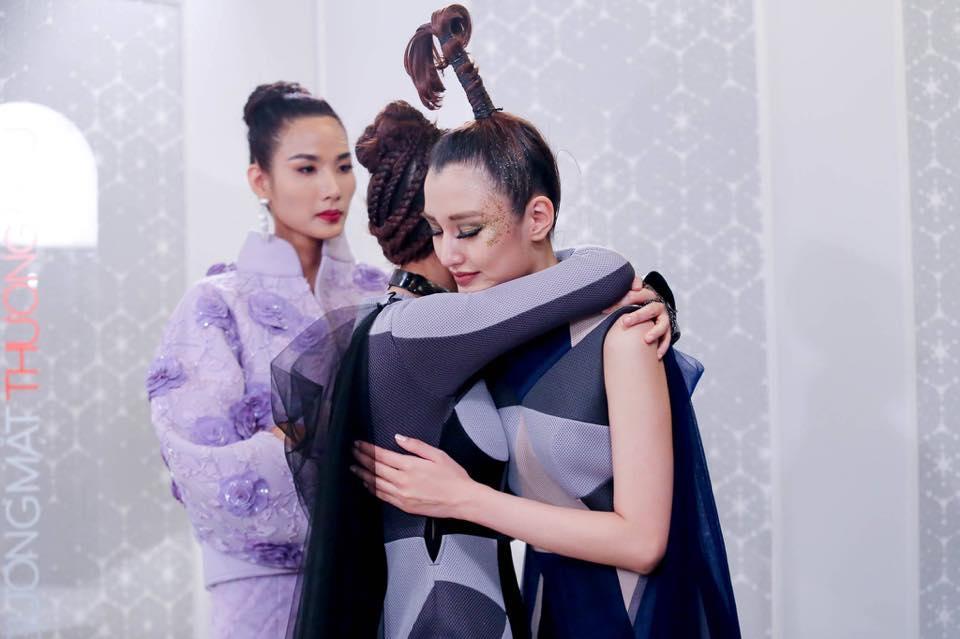 Clip Minh Tú dắt tay Phương Chi đi xin lỗi Hoàng Thùy gây xúc động-3