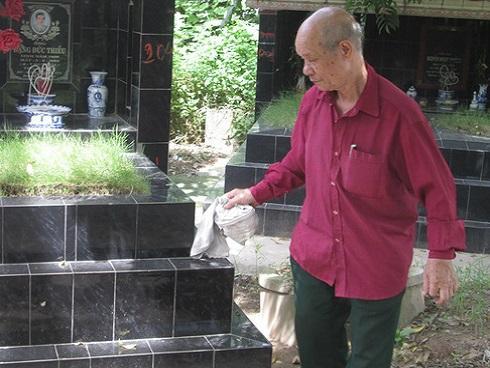 'Chợ tình' ở nghĩa trang và lần sợ hãi hiếm hoi của cụ ông 16 năm chăm sóc người đã chết