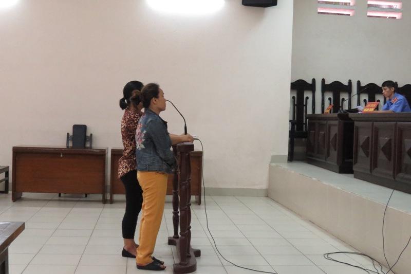 Bên lề phiên tòa vụ hắt luyn vào sạp thịt: Bị cáo Hoa là cựu du học sinh-1
