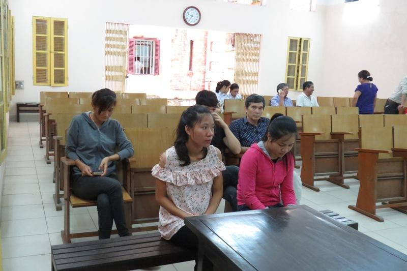 Bên lề phiên tòa vụ hắt luyn vào sạp thịt: Bị cáo Hoa là cựu du học sinh-2