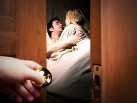Mẹ chồng phát hiện xác con dâu, lộ chuyện tình vụng trộm