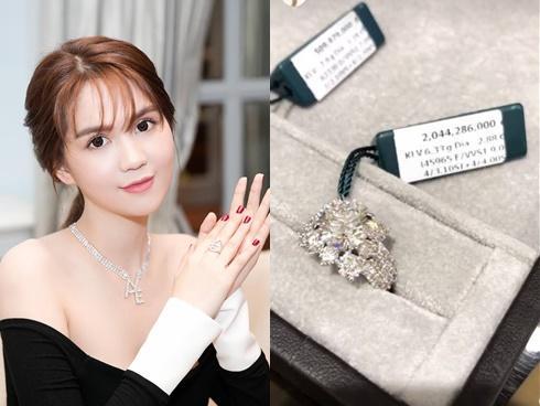 Vừa úp mở có người yêu lớn tuổi, Ngọc Trinh đã khoe nhẫn kim cương hơn 2 tỷ đồng