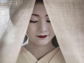 Cuộc sống bí ẩn của các thiếu nữ khổ luyện thành geisha