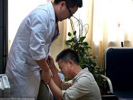 Cha quỳ gối xin bác sĩ chữa bệnh cho con sau khi cạn tiền đi vay nặng lãi