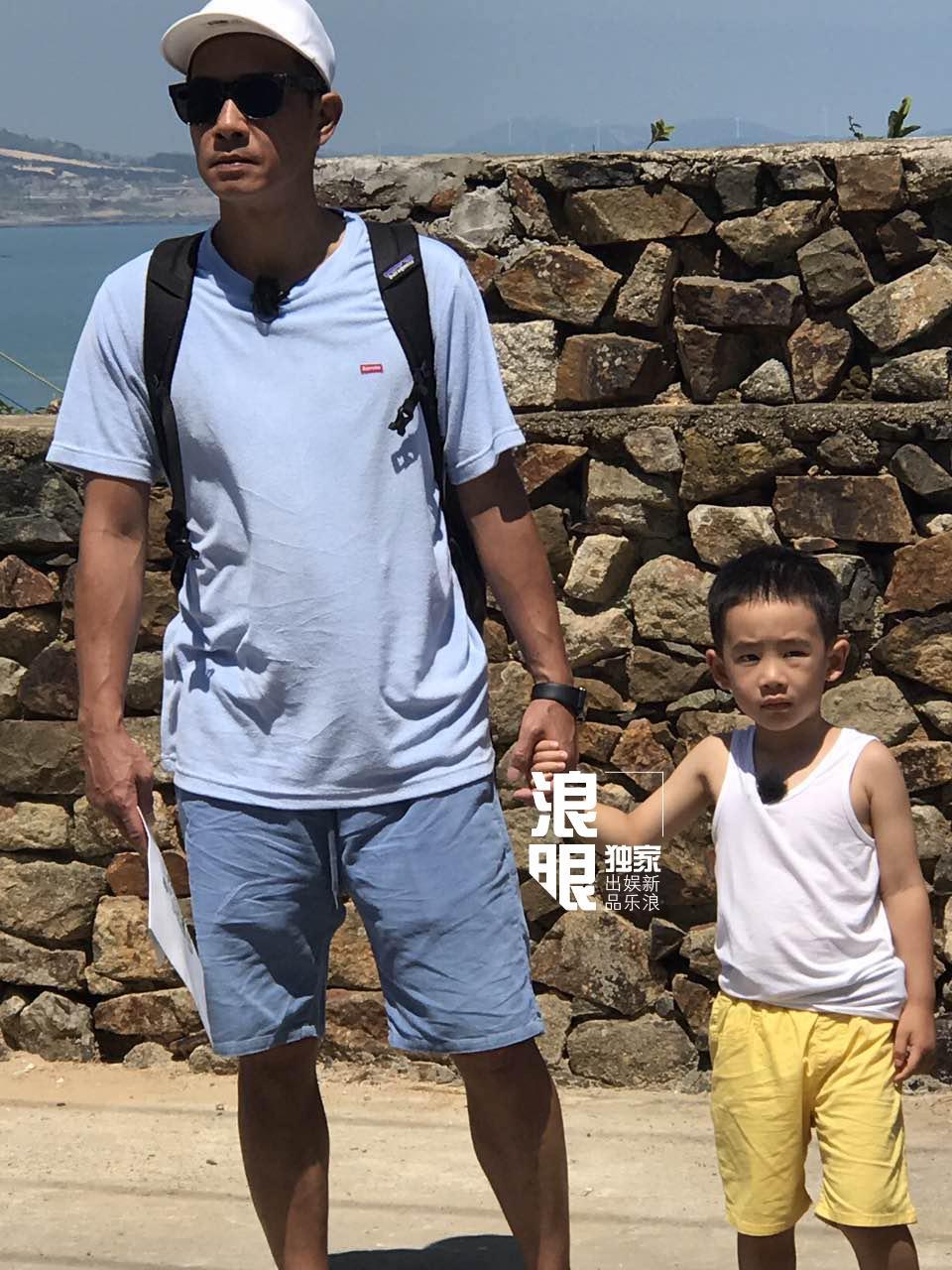 'Vi Tiểu Bảo' Trần Tiểu Xuân lần đầu xuất hiện cùng con trai hot nhất weibo hôm nay-1