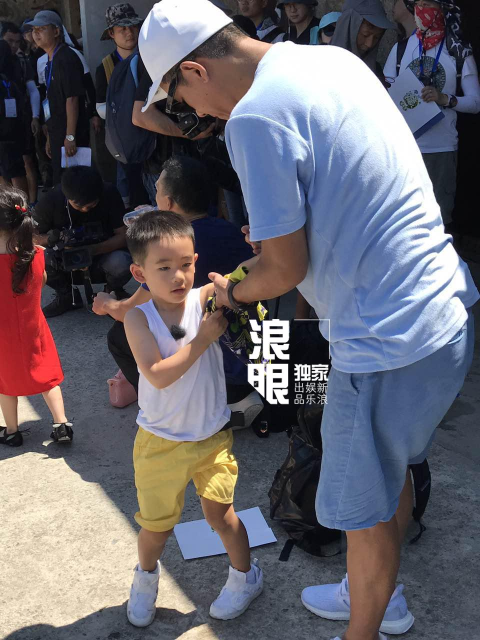 'Vi Tiểu Bảo' Trần Tiểu Xuân lần đầu xuất hiện cùng con trai hot nhất weibo hôm nay-2