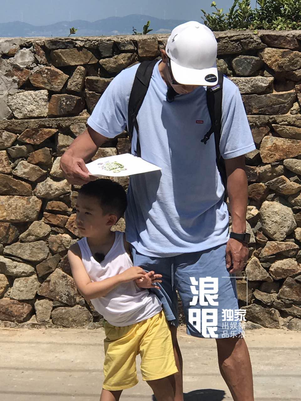 'Vi Tiểu Bảo' Trần Tiểu Xuân lần đầu xuất hiện cùng con trai hot nhất weibo hôm nay-4