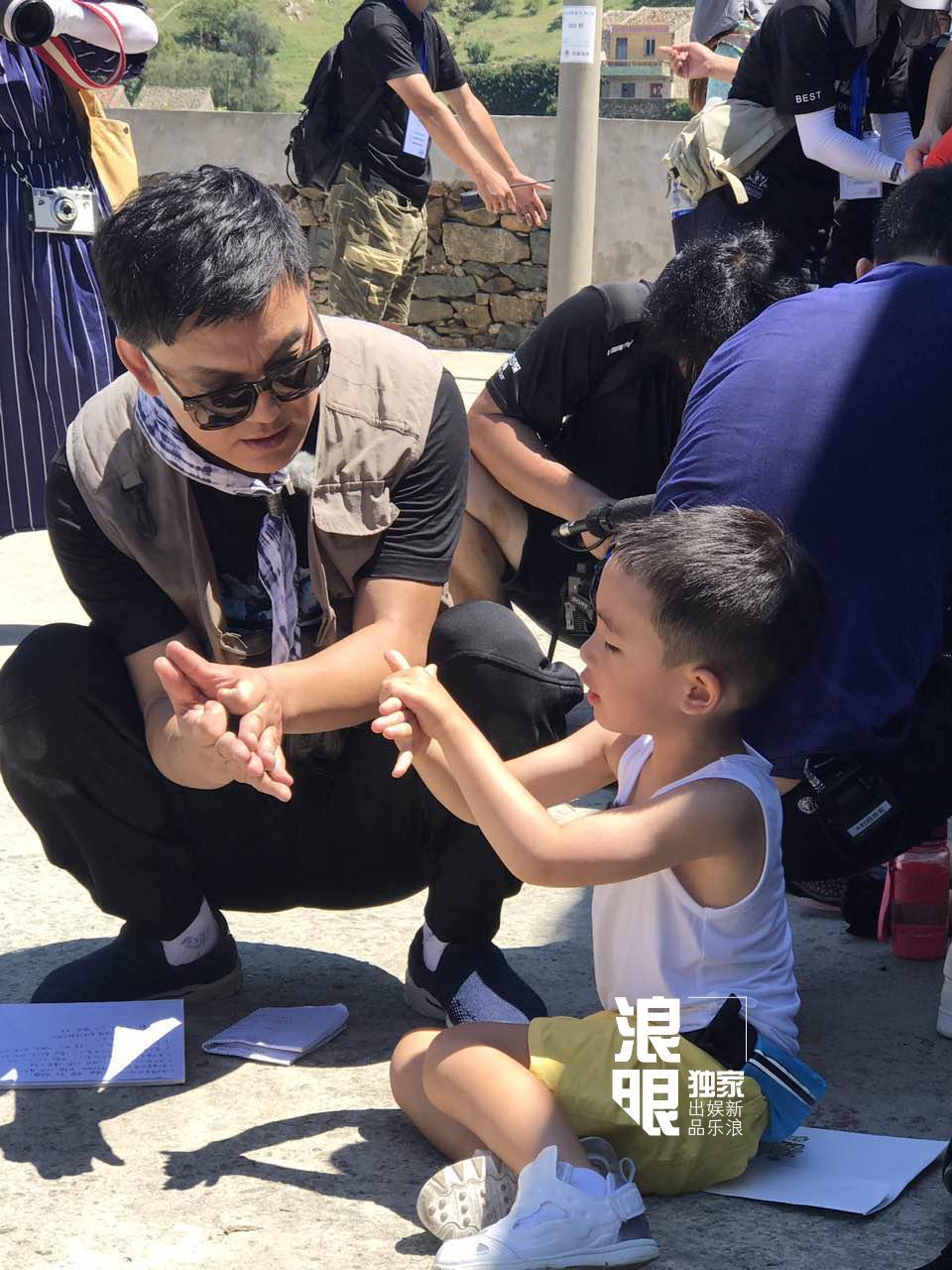 'Vi Tiểu Bảo' Trần Tiểu Xuân lần đầu xuất hiện cùng con trai hot nhất weibo hôm nay-6