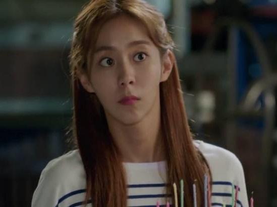 Sao Hàn 17/8: Nữ thần sexy UEE gây shock với thân hình gầy gò hốc hác