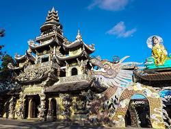 Ngôi chùa kỳ quái làm từ 've chai' khiến du khách tròn mắt khi ghé thăm