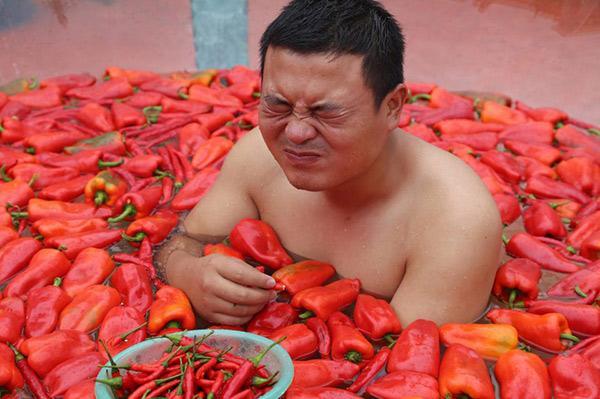 Giới trẻ thi nhau thử thách sức chịu đựng ngâm mình vào bồn nước đầy ớt-1
