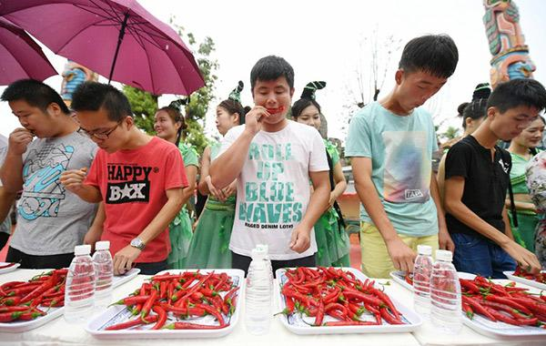 Giới trẻ thi nhau thử thách sức chịu đựng ngâm mình vào bồn nước đầy ớt-3