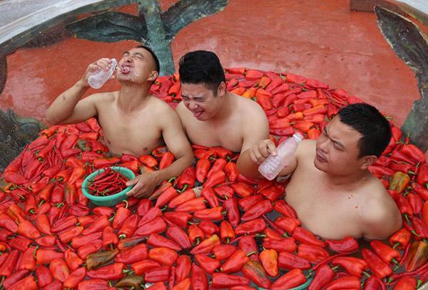 Giới trẻ thi nhau thử thách sức chịu đựng ngâm mình vào bồn nước đầy ớt-4