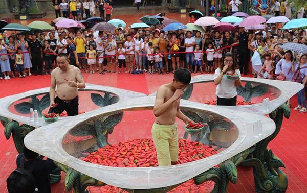 Giới trẻ thi nhau thử thách sức chịu đựng ngâm mình vào bồn nước đầy ớt-5