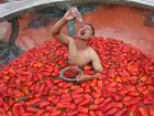 Giới trẻ thi nhau thử thách sức chịu đựng ngâm mình vào bồn nước đầy ớt
