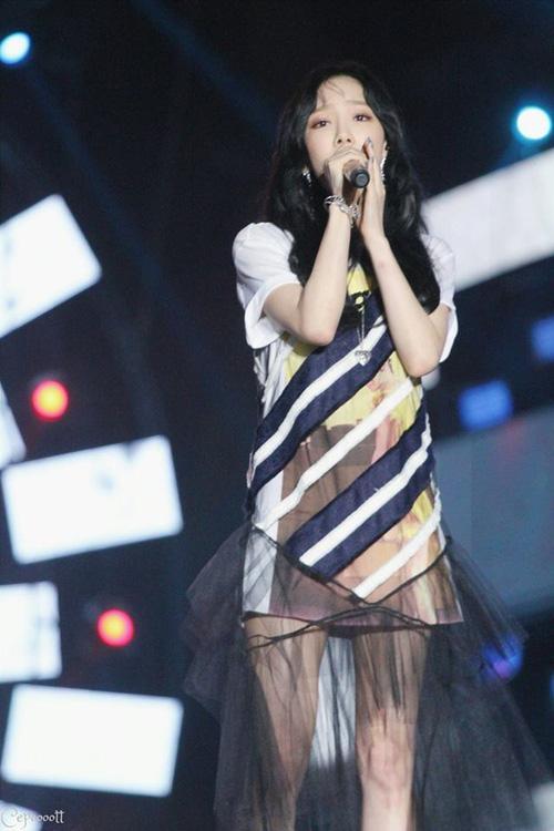 Taeyeon biểu diễn với cánh tay bầm tím sau sự cố bị sàm sỡ ở sân bay-1
