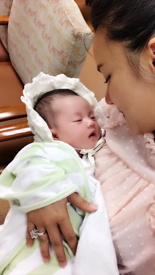 Tin sao Việt 19/8: Vy Oanh khoe cận mặt tiểu công chúa dễ thương chưa đầy 1 tháng tuổi-3