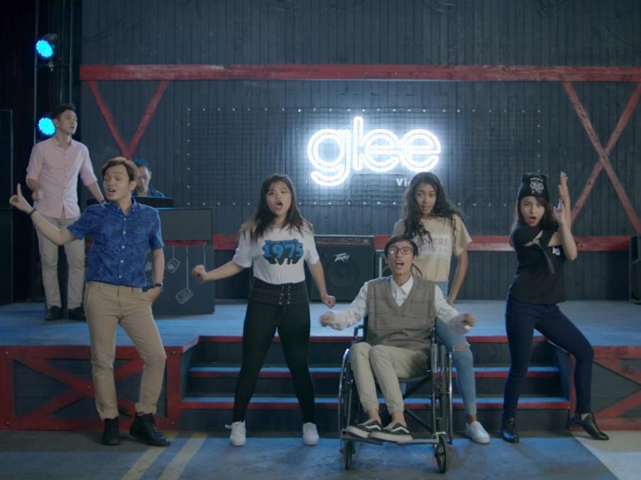Anh cứ đi đi của Hari Won lại được mặc áo mới trong tập 1 Glee-1