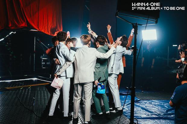 Mới 10 ngày tuổi, Wanna One đã xô đổ kỷ lục của đàn anh EXO-5