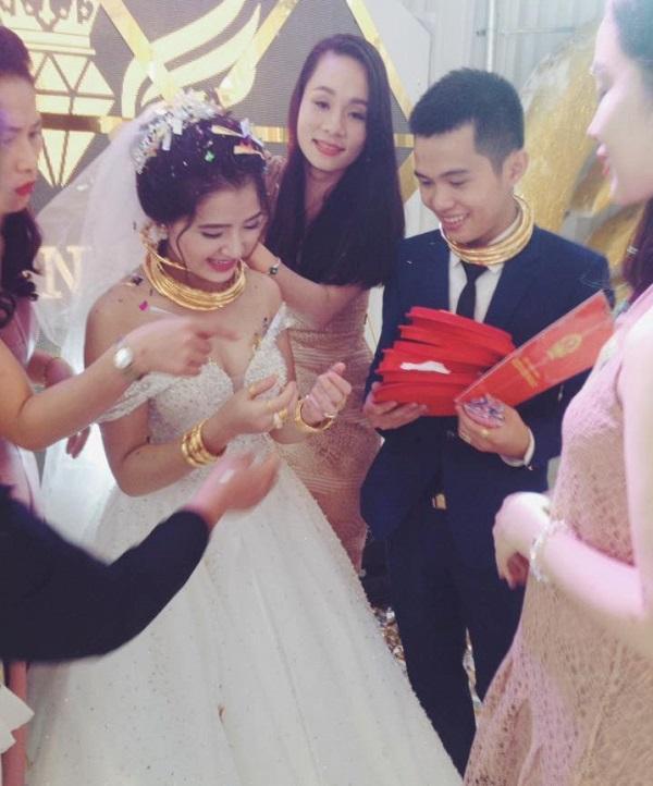 Choáng ngợp với sổ đỏ, siêu xe, vàng đeo trĩu cổ của cô dâu chú rể xứ Nghệ-2
