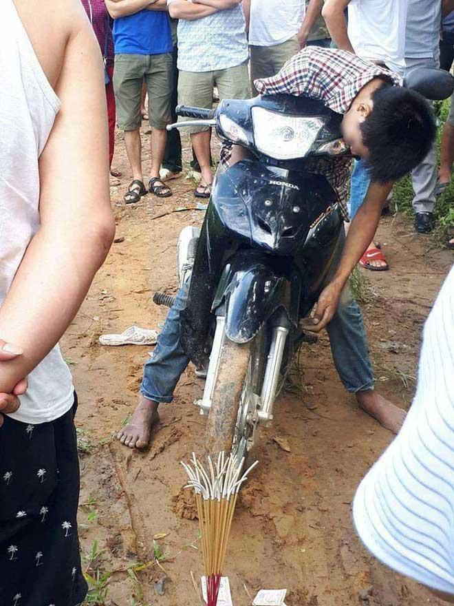 Hy hữu: Nam thanh niên tử vong nhưng vẫn ngồi trên xe máy, chân chạm đất-1