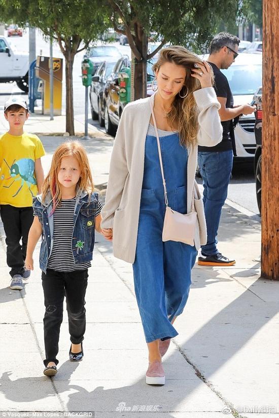 Jessica Alba bế bụng bầu đi dạo phố với chồng con-2