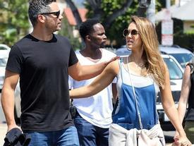 Jessica Alba 'bế' bụng bầu đi dạo phố với chồng con