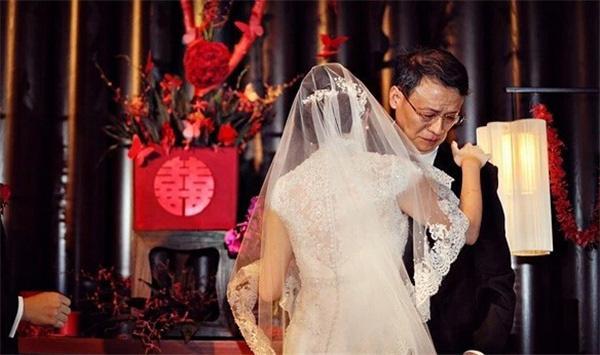 Trong hôn lễ của con gái, bố vợ liên tục lặp đi lặp lại 1 lời yêu cầu duy nhất dành cho con rể-2