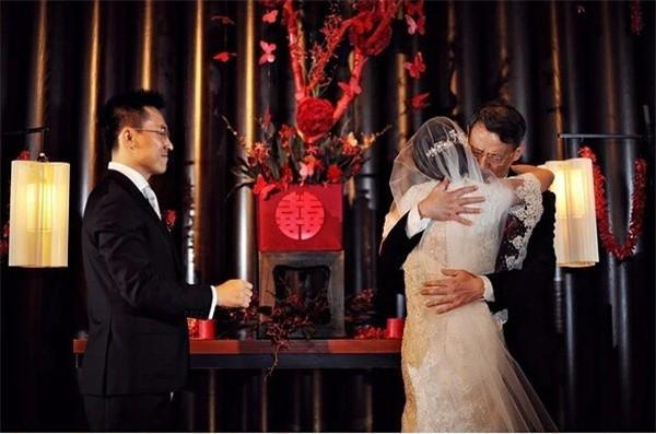 Trong hôn lễ của con gái, bố vợ liên tục lặp đi lặp lại 1 lời yêu cầu duy nhất dành cho con rể-1