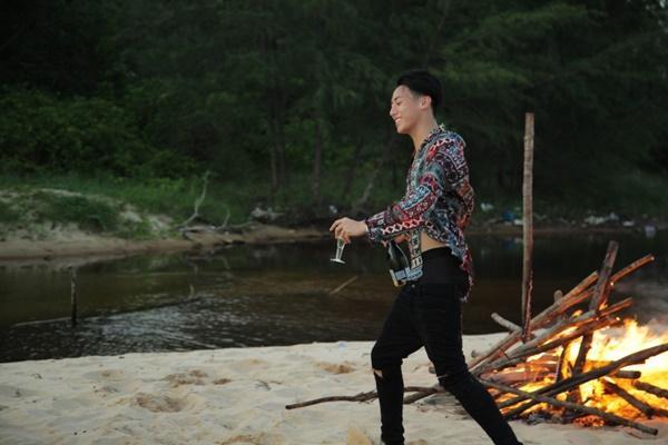 Những màn khóa môi nóng bỏng của Rocker Nguyễn khi cân bộ ba mỹ nhân Việt-7