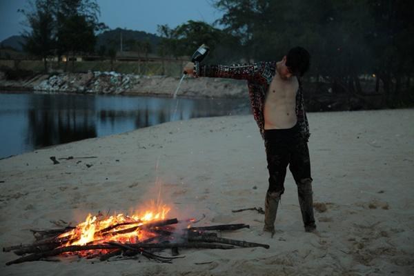 Những màn khóa môi nóng bỏng của Rocker Nguyễn khi cân bộ ba mỹ nhân Việt-8