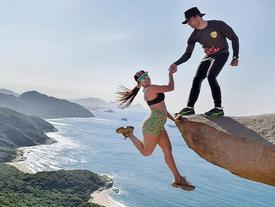 Sự thật gây sốc sau bức ảnh đôi nam nữ chênh vênh trên mỏm đá