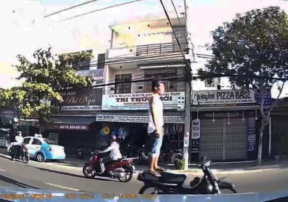 Cảnh sát tìm ra quái xế đứng trên yên xe máy đang chạy ở Đà Nẵng-1