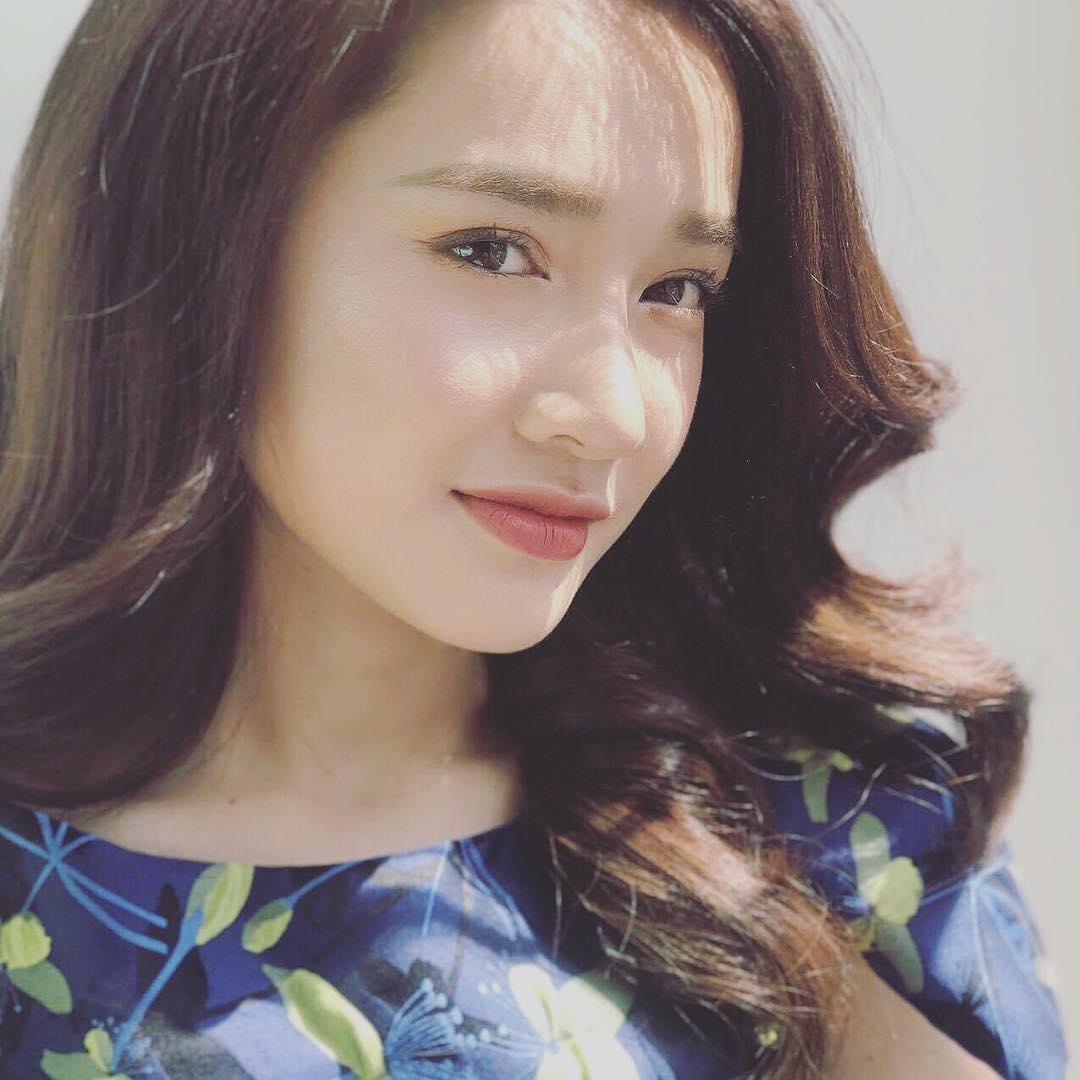 Tin sao Việt 22/8: Ngọc Trinh lại vén áo khoe vóc dáng nuột nà-6