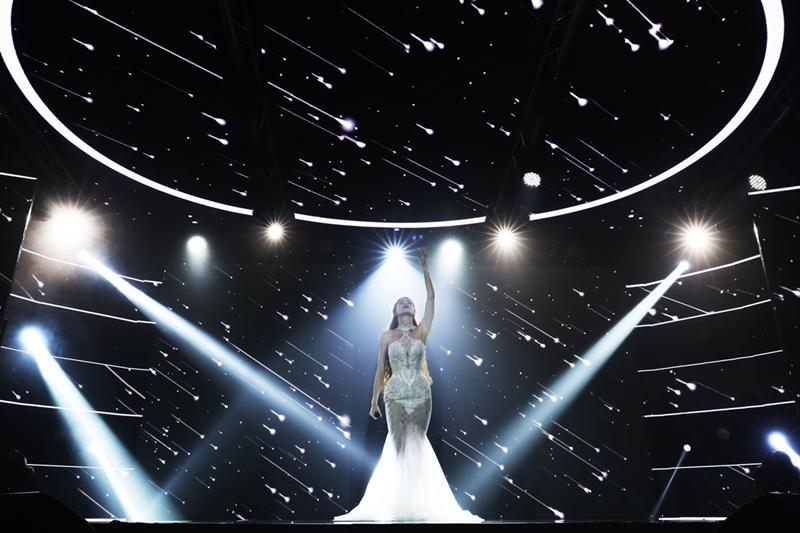 Hồ Ngọc Hà mặc váy cưới hát Có em chờ, liên tục nhìn đắm đuối về phía Kim Lý-1