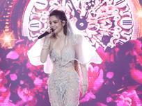 Hồ Ngọc Hà mặc váy cưới hát 'Có em chờ', liên tục nhìn đắm đuối về phía Kim Lý