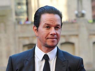 Mark Wahlberg soán ngôi The Rock trở thành nam diễn viên có tổng cát-xê cao nhất thế giới