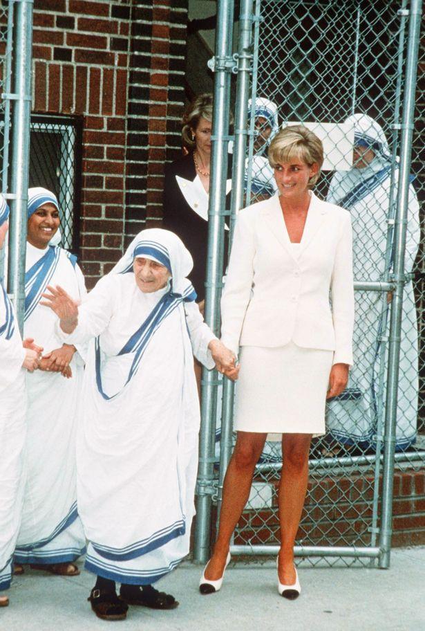 Phút lâm chung, Công nương Diana nắm chặt trong tay 2 vật này, khi được công bố đã khiến cả thế giới xót xa-2