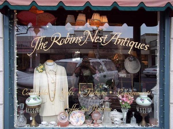 Hành trình kỳ lạ của chiếc váy cưới, từ nhà kho, bị bán đấu giá, đến tiệm đồ cũ để về lại với chủ-1