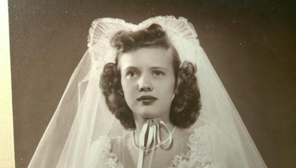 Hành trình kỳ lạ của chiếc váy cưới, từ nhà kho, bị bán đấu giá, đến tiệm đồ cũ để về lại với chủ-3