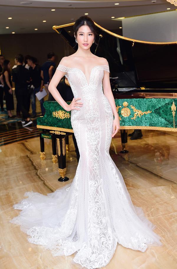 Dàn mỹ nhân Việt đồng loạt diện sắc trắng đẹp thoát tục trên thảm đỏ thời trang tuần này-6