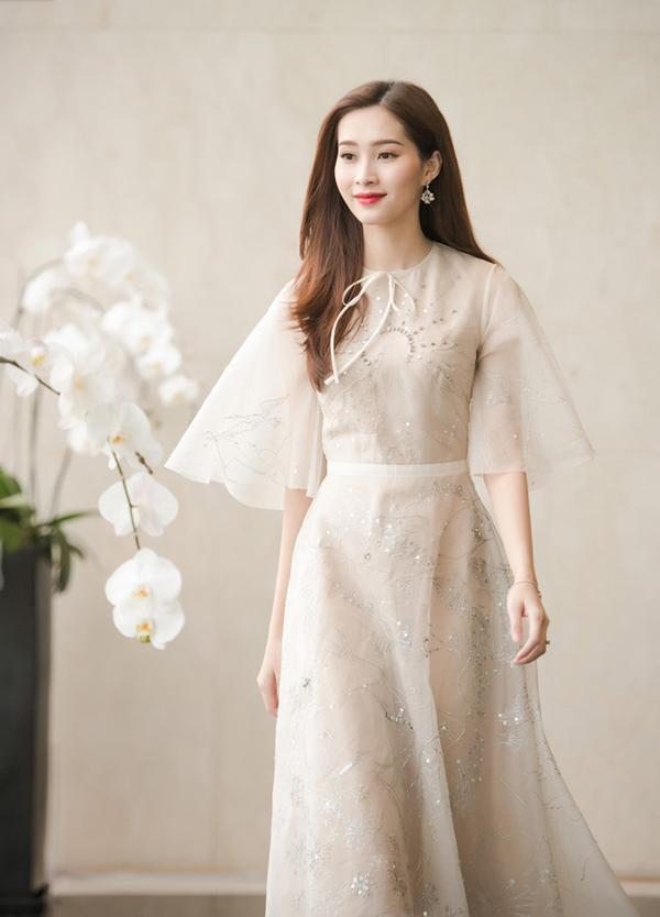 Dàn mỹ nhân Việt đồng loạt diện sắc trắng đẹp thoát tục trên thảm đỏ thời trang tuần này-9