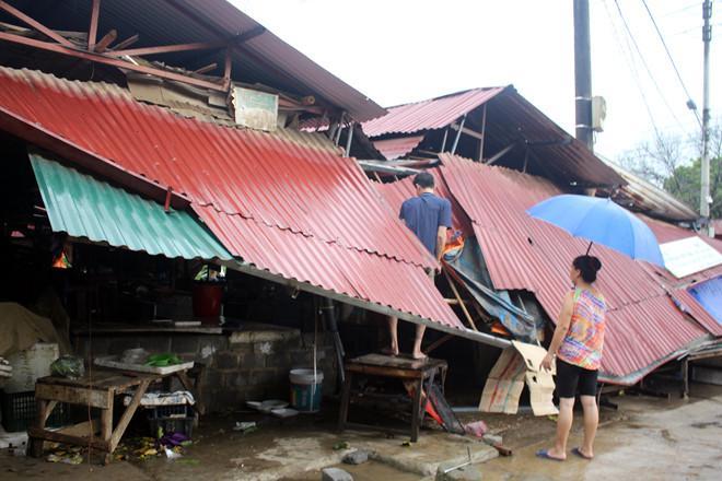 Một người chết, 800 ngôi nhà bị sập đổ và hư hỏng do bão số 6-1