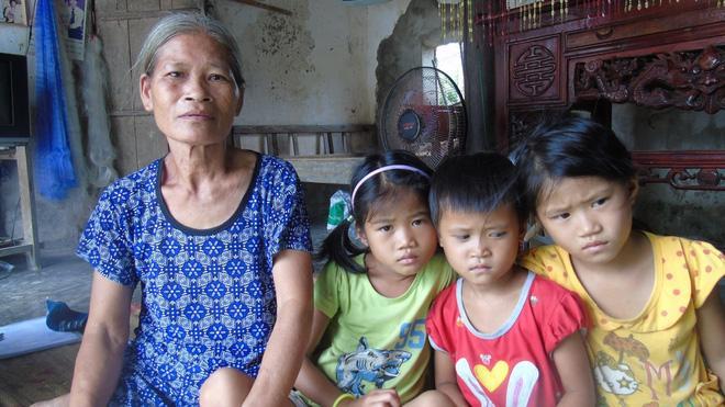 Mẹ mải mê chạy theo tình mới bỏ mặc 3 con thơ ngày ngày ra ngõ gào khóc ngóng trông mẹ-1