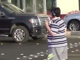 Dù bị cảnh sát hỏi thăm nhưng cậu bé 14 tuổi vẫn nổi như cồn vì một điệu nhảy giữa đường phố